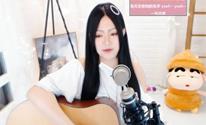 文艺范女生演绎吉他弹唱